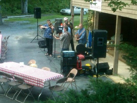 Bad Wolf BBQ and Country Kitchen : Blue Grass at Bad Wolf BBQ