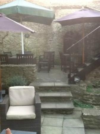 The Woolpack Inn: courtyard at rear