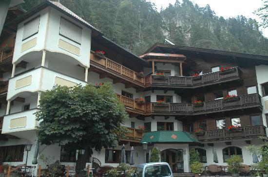 Hotel Gasthof Felsenkeller: Hotel from the road