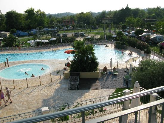 Camping Baia Verde: Pool from jaccuzzi area