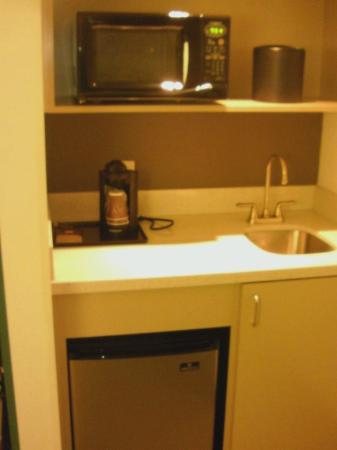 SpringHill Suites Winston-Salem Hanes Mall: Kitchenette area in room
