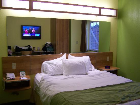 Microtel Inn & Suites by Wyndham Johnstown: Bright light over bed - large mirror behind bed.