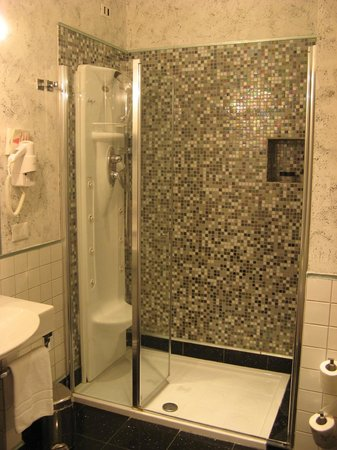 B&B Relais La Maison: Bathroom also is a good size, with hydro massage shower