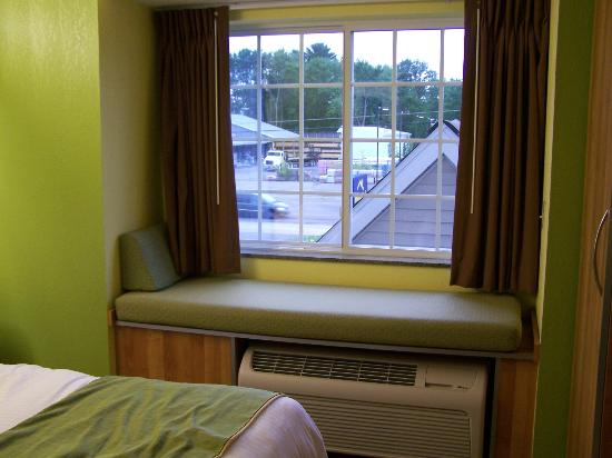 Microtel Inn & Suites by Wyndham Johnstown: Window seat and view.