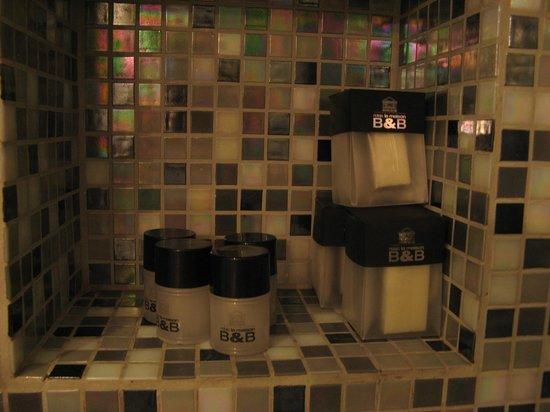 B&B Relais La Maison : set of personal hygiene items - shampoo, gel, shower cap, nail-file, cotton pads