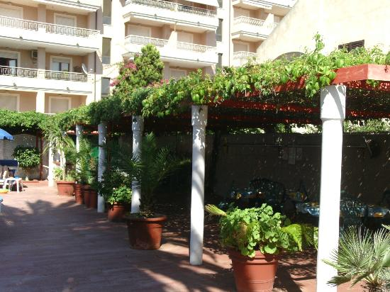 Hotel Riviera: Shaded area by pool.