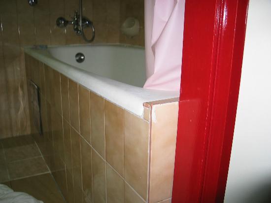 Hotel Jadran: Tub corner extending into the doorway
