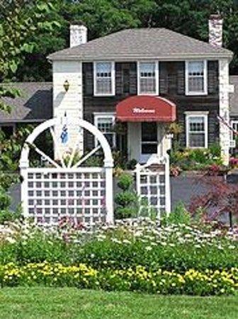 Olde Tavern Motel & Inn: gardens & front lobby