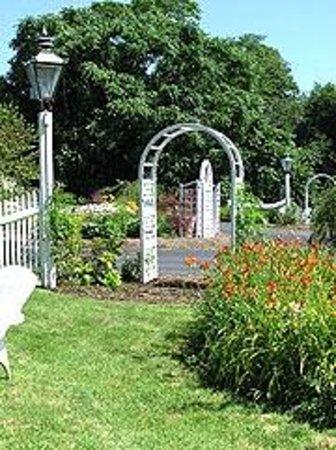 Olde Tavern Motel & Inn: gardens