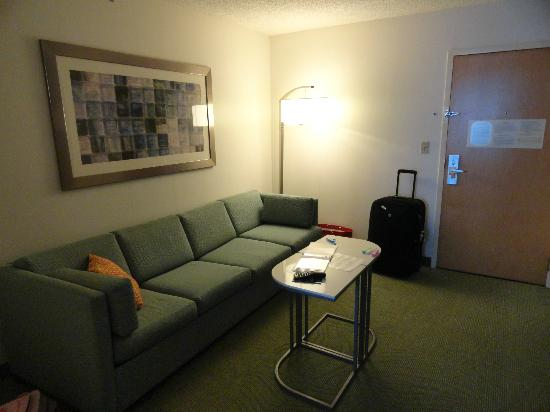 SpringHill Suites Miami Airport South: Living and Sofabed area, close to entrance door