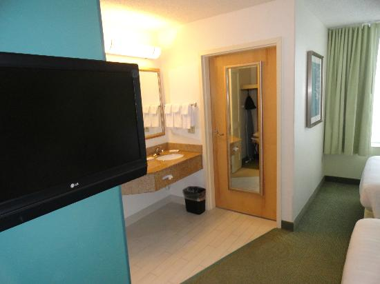 SpringHill Suites Miami Airport South: TV, sink and bathroom door (connected to sleeping area)