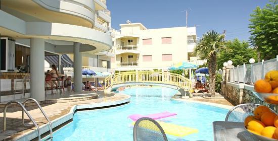 Angela Hotel: Uitzicht Appartement en Zwembad