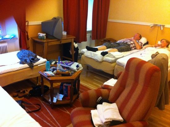 City Hotel Avenyn : city hotell Göteborg - fyrbäddsrum med dusch och toa på rummet