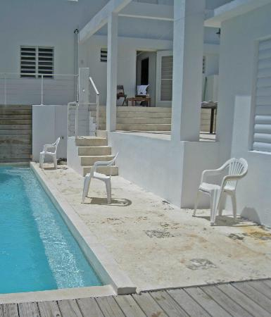 360 Vieques: Lack of safety railings by pool