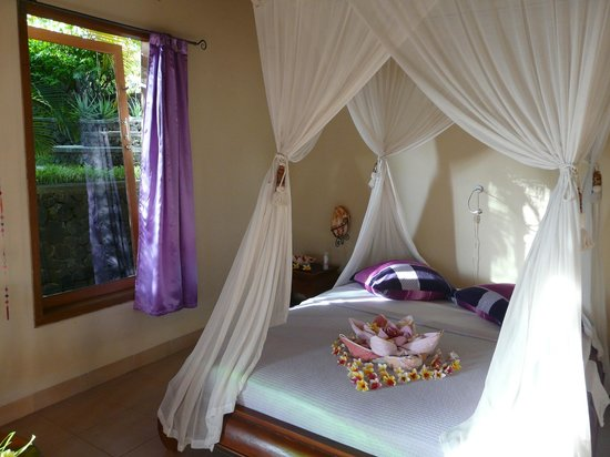 Sananda Bungalows: The violet bungalow