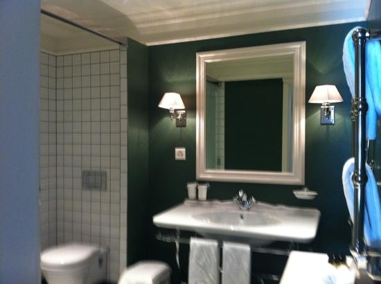 Romantik Hotel Europe : Spacious Bathroom