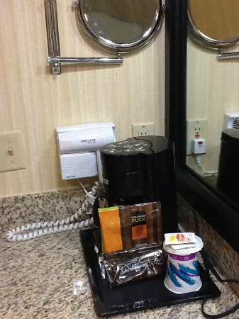 Holiday Inn Solomons Conference Center and Marina: Coffee Maker in Bath