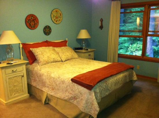 Meritage Meadows Inn: The Puget Room, located upstairs and in the front of the Inn.  Glorious view of the forest!