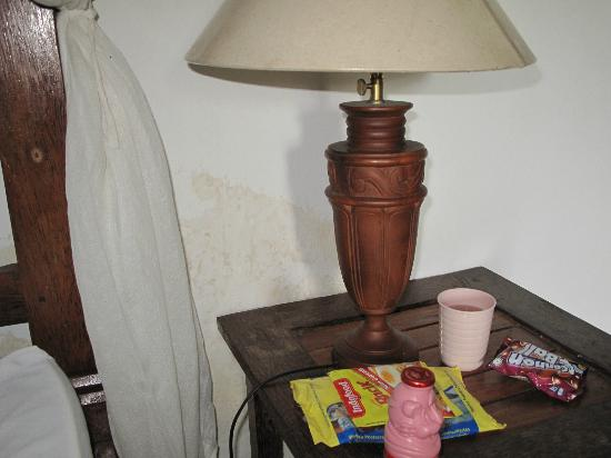 Mumbul Guesthouse: big stain behind nightstand