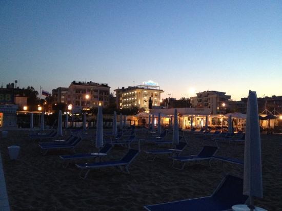 Hotel Metropole: L'HOTEL VISTO DALLA SPIAGGIA DI SERA