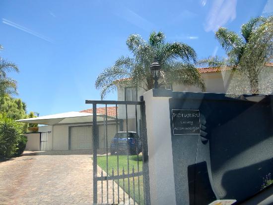 Pictures Guest House: Einfahrt