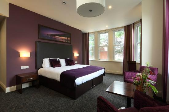 Bedroom picture of chalfield manor boutique hotel for Boutique hotel 6 rooms