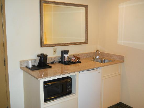 Country Inn & Suites By Carlson, Montgomery East: Kitchenette