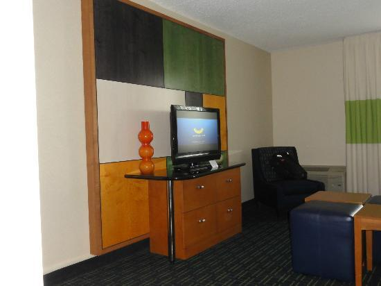 Fairfield Inn & Suites Cleveland Beachwood: Queen Suite - Living Area