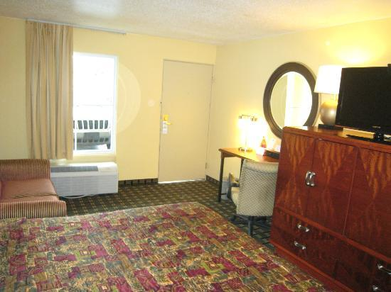 Days Inn Brunswick/St. Simons Area: Another view of King Bed Room