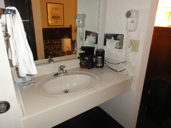Rodeway Inn Wooster: Sink sits outside of bathroom