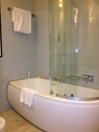 Ponte Vecchio Suites & SPA: Tub/Shower