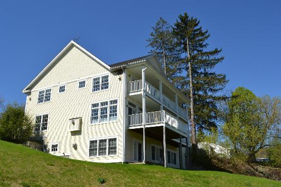 The Shire Woodstock: Luxury Accomadations with fireplace and veranda overlooking Ottaquechee River