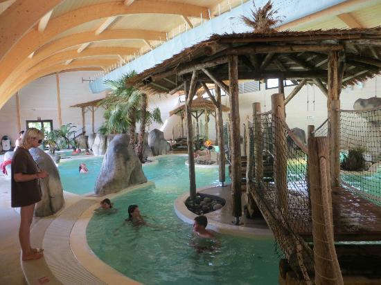 Le lagon et sa piscine vague photo de camping la rive - Piscine tropicale france ...