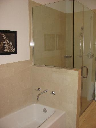 Marina Grand Resort: Bath and shower