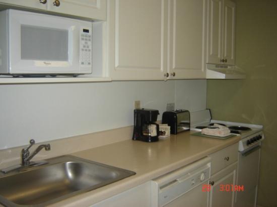 Extended Stay America - Orlando Theme Parks - Vineland Rd.: cocina con microhondas lavavajilla, cafetera tostadora