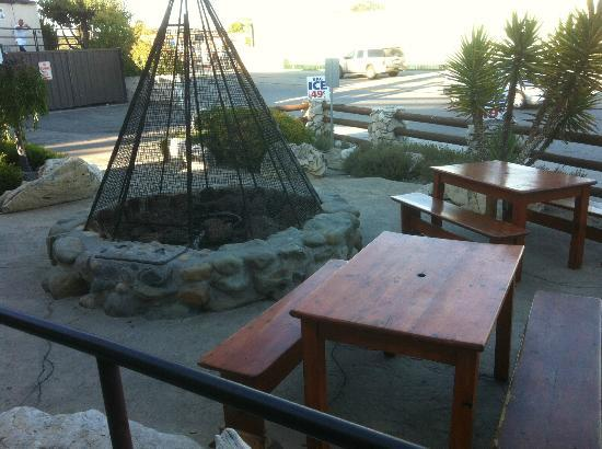 Big Bubba's Bad BBQ: Cool outdoor area with fireplace.