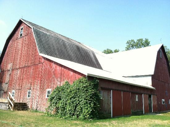 Patchwork Quilt Inn: The beautiful red barn on the grounds