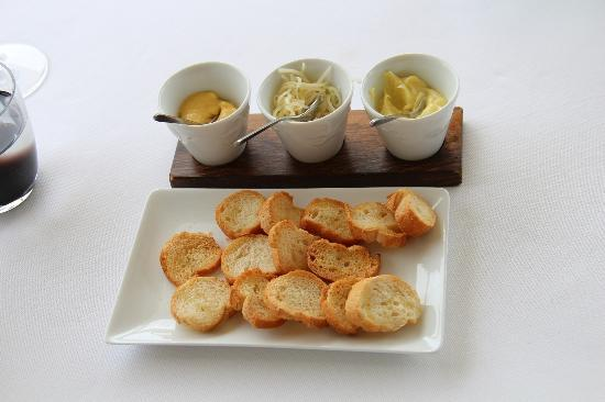 L'Epuisette: bread served with aioli and cheese