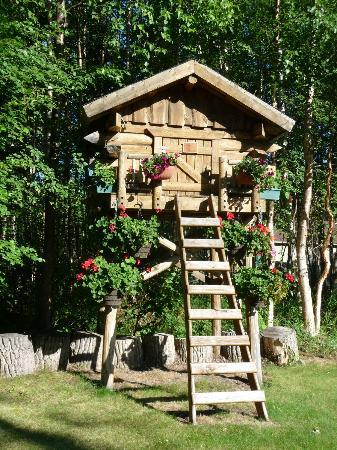 Alaska's Harvest B&B: Lovely cache that greets you as you drive to the B&B
