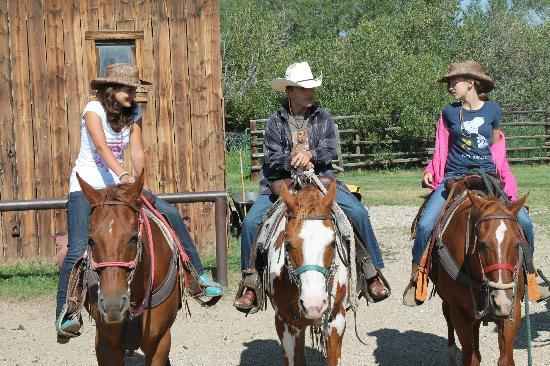 Vee Bar Guest Ranch: The kids getting ready for the ride