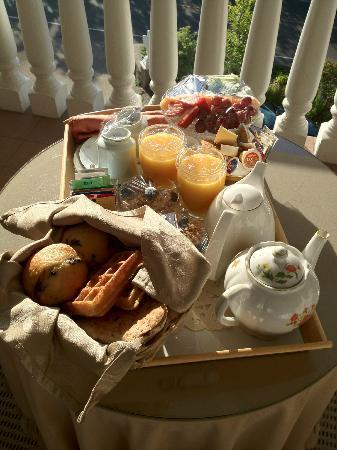 ‪‪Nataya B&B‬: Breakfast served on the balcony off the room