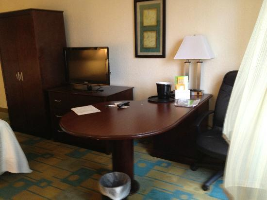 La Quinta Inn & Suites Boston Somerville: Room 123 desk