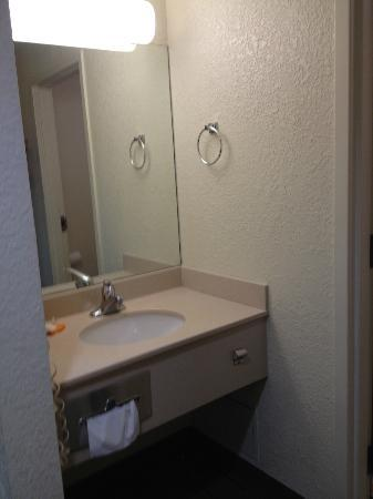 La Quinta Inn & Suites Boston Somerville: Room 123 sink area
