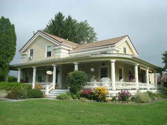 A Stone's Throw Bed and Breakfast: The porch