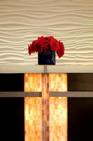 Artmore Hotel: Front desk