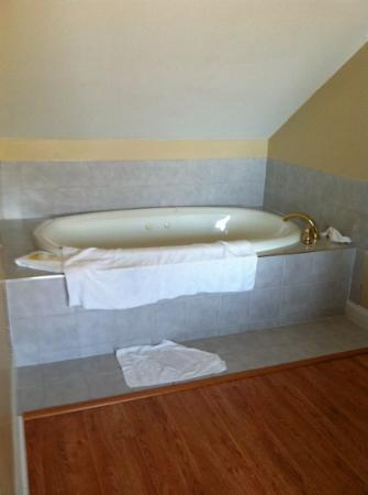 Atlantic Inn Resort: tub upstairs room 22