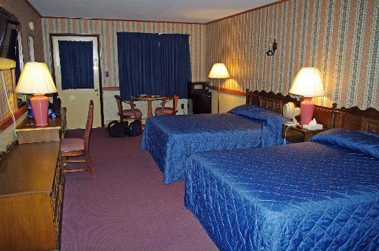 Cherry Lane Motor Inn: Very old rooms.