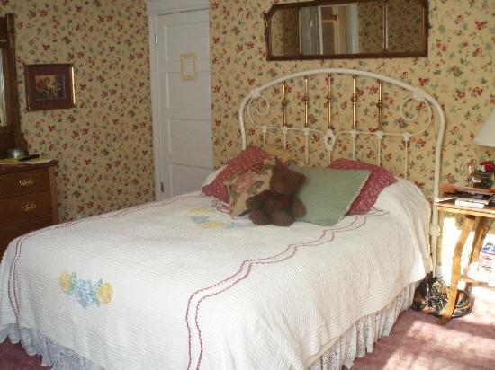 Main Street Manor Bed & Breakfast Inn: Bed in English Rose Room