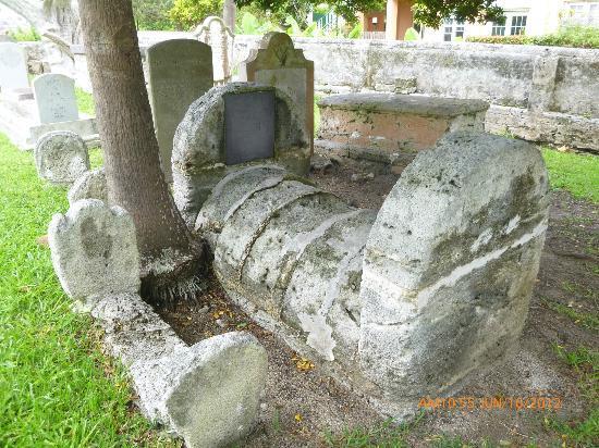 St. George, Бермуды: Graveyard outside in the rear.