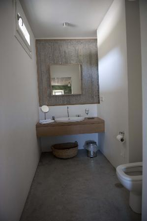 Kamaroti Suites Hotel: Bathroom-modern and clean